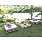 móveis de madeira gramado