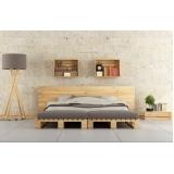 paletes de madeira na parede